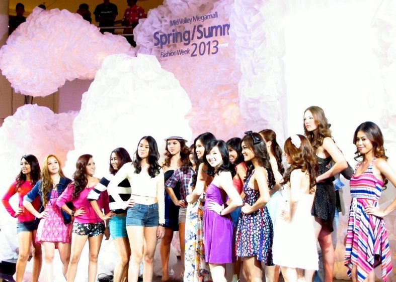 The show started off with the contestants of the Roxy Girl Search strutting their stuff on the runway.