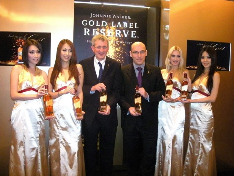 Master blender Jim Beveridge (L) and MD of Moet Hennessy Diageo Malaysia Frederic Noyere flanked by the beautiful models