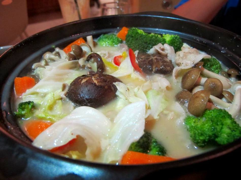 And after a couple of minutes it's ready to eat! The broth was savoury and sweet at the same time as it has absorbed the flavours of the ingredients while the ingredients such as mushrooms, broccoli , carrots and lettuce were not too soggy as we didn't overcook it.