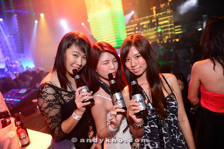 MHB's Gillian, Jxhia and Fione were busy enjoying their Asahi Super Dry but I managed to catch them for this photo