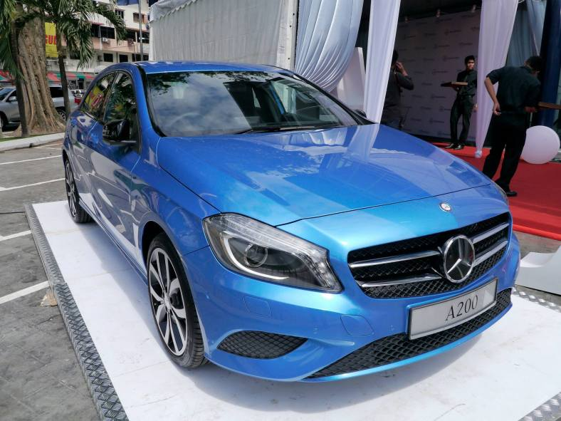 The new Mercedez-Benz A200 was being previewed outside the showrrom. This little baby is powered by a 1.6l Blue EFFICIENCY engine which generates 156hp and 250Nm of torque