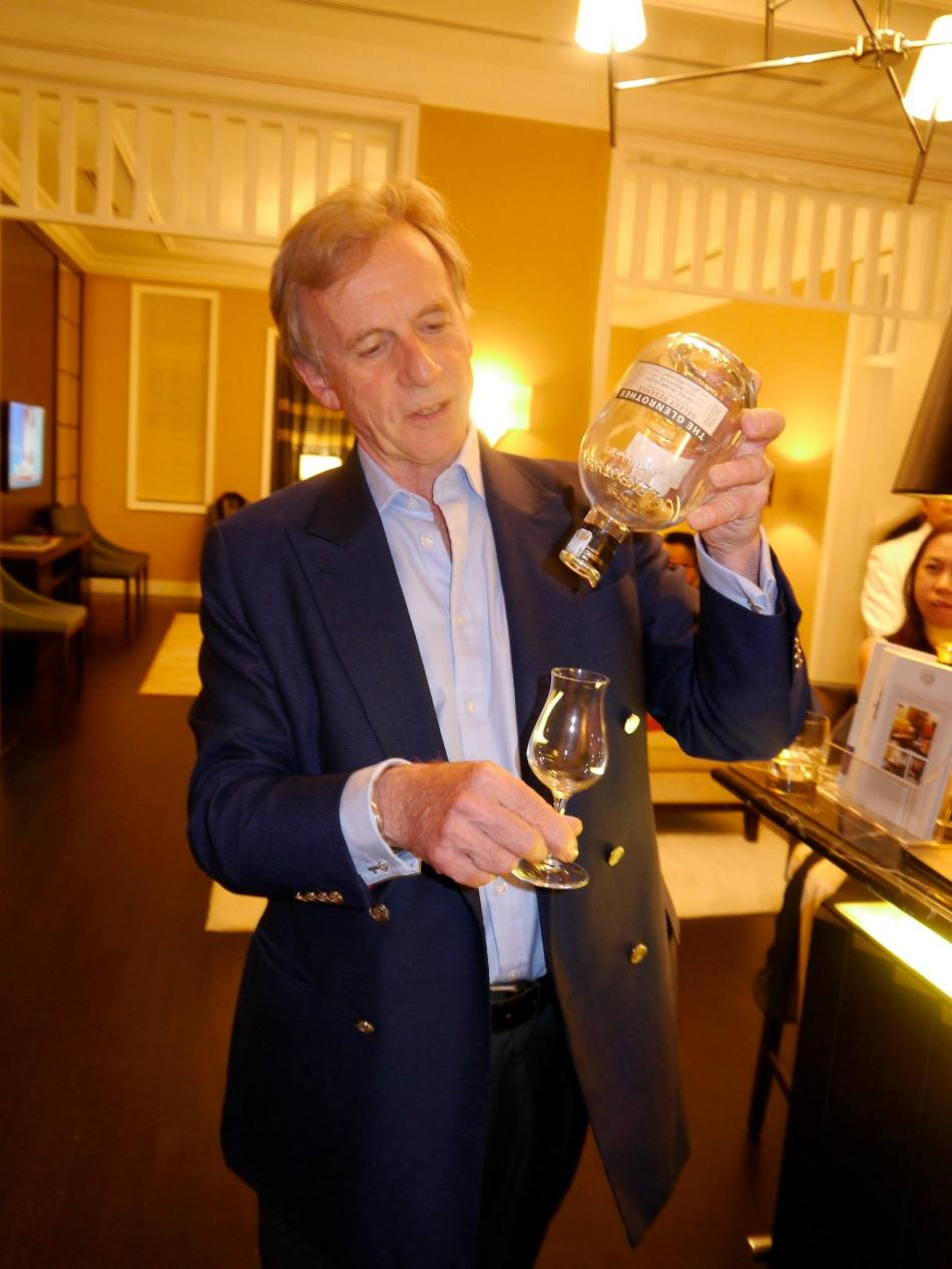 The last drop – Glenrothes is so precious that you shuoldn't waste any! Pouring it is Ronnie Cox, Director of The Glenrothes since 2003 and Global Ambassador of this single malt as well as the other top-end spirits products in the Berry Bros. & Rudd Spirits range.