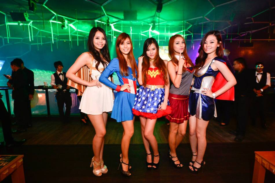 The sexy Sonia Ng and Hanli Bubu with the other girls