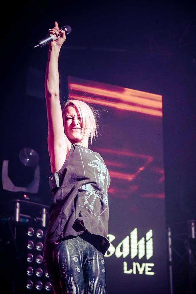 Emma Hewitt came out for 2 sets and totally had the crowd eating out of her hand and singing along to her numbers.