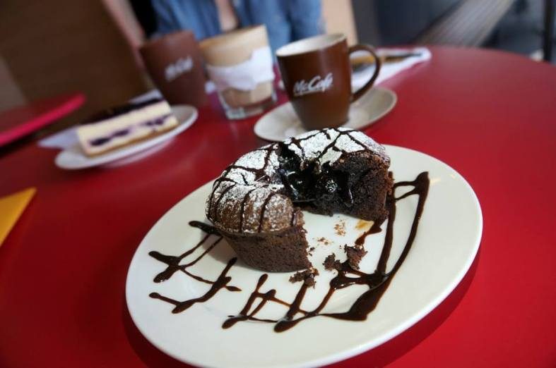 The chocolate lava cake has some nice and rich melted chocolate inside!