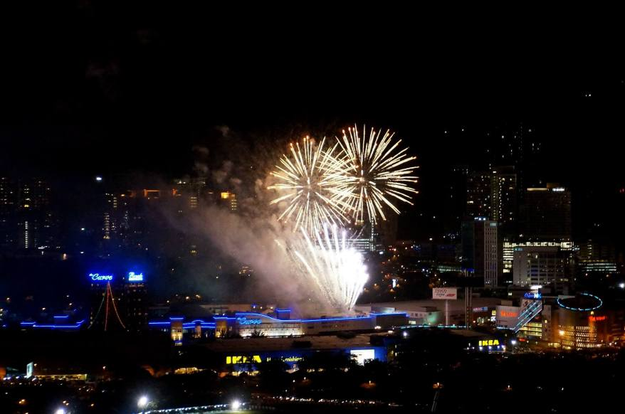 After The Roof's firework display had ended, we looked around and as it was a nice and clear night, managed to see fireworks from as far away as KLCC and Sunway Pyramid but the one that was most spectacular was at The Curve and we had a great view of it.