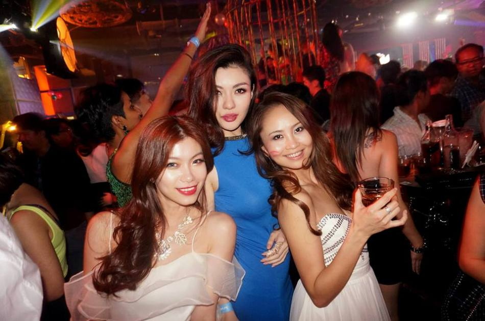 Set the Sony NEX-5T properly and you can take some pretty nice party shots such as this one of Miss Universe Malaysia 2013 Carey Ng with Mei and Lavinne