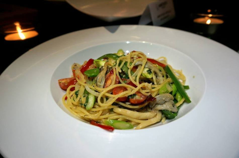 Simple Summer Pasta - a vegetarian pasta dish tossed in olive oil. Nicely seasoned and quite flavourful though.