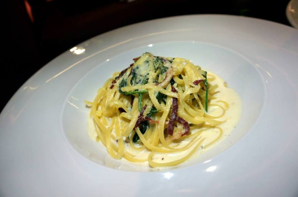 """Linguine Alfredo - the girls thought this was a tad too creamy but I quite liked it. Probably can't finish a whole plate on my own without getting the """"jelat"""" feeling though so I'd suggest you share this one."""