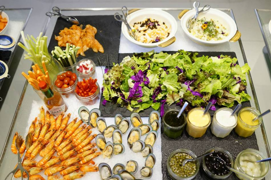 The fresh salad station had lots of vege and seafood such as fresh prawns and mussels, and smoked salmon.