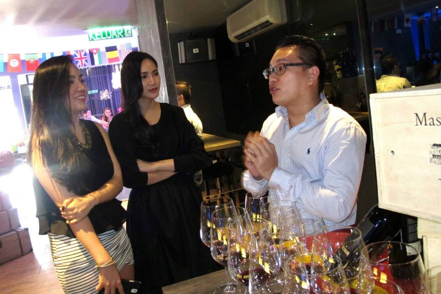 There was also a wine tasting session for the guests. That's Chuckei  and Natalie listening very intently.