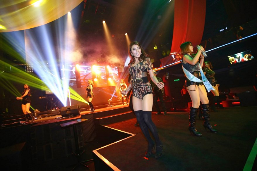 The band mostly plays current English hits ranging from Rihanna to Beyonce and Pitbull, as well as a couple of popular Mandopop and Cantopop numbers