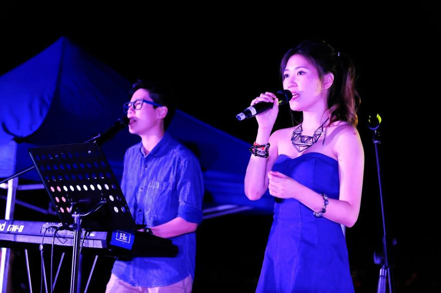 While we were busy enjoying the food, a two piece band serenaded us with some of the latest hits