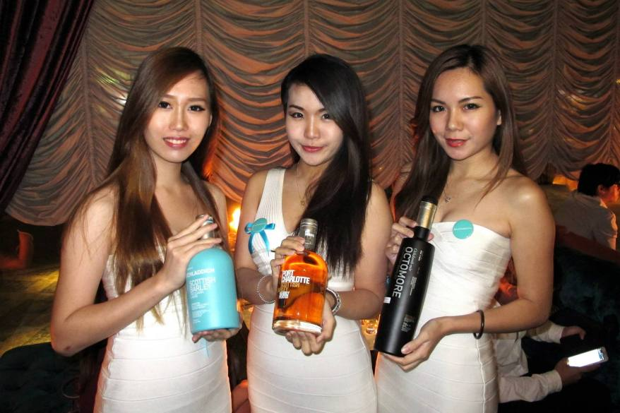 The girls holding the Bruichladdich The Classic Laddie, Port Charlotte and Octomore 6.1 (L-R)
