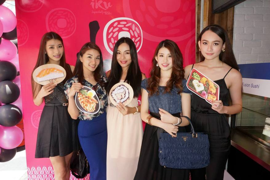 Jing Jing, (I forgot her name), Jenvine Ong, Angeline Loo and Ancy Look at the photowall
