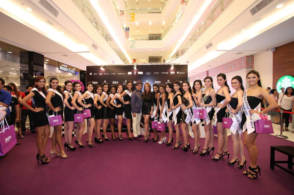 Miss Malaysia World finalists with Ismail Ani Arope, Director of Jaya Fourteen Sdn. Bhd. and Datuk Anna Lim, Miss Malaysia World official licensee and organiser