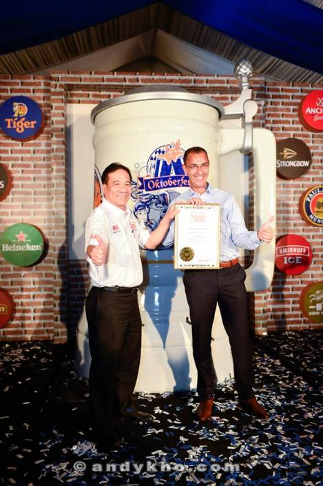 Tan Sri Dato' Danny Ooi, founder of the Malaysian Book of Records presenting the certificate to Hans Essaardi, Managing Director of GAB