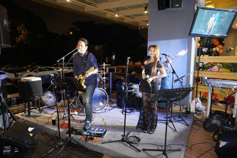There was also a live band on hand entertaining guests