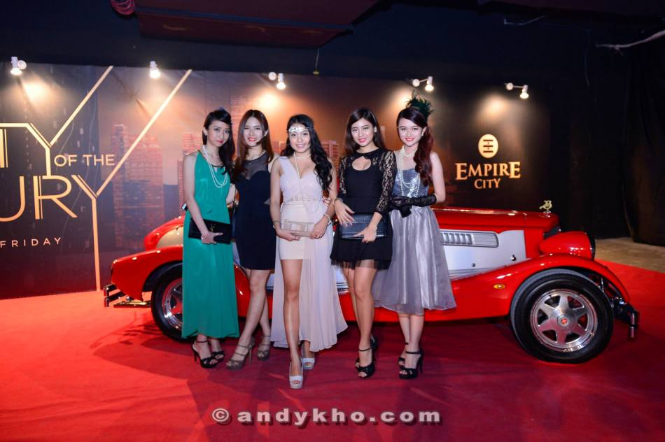 Hanli and her friends at the entrance with a classic car