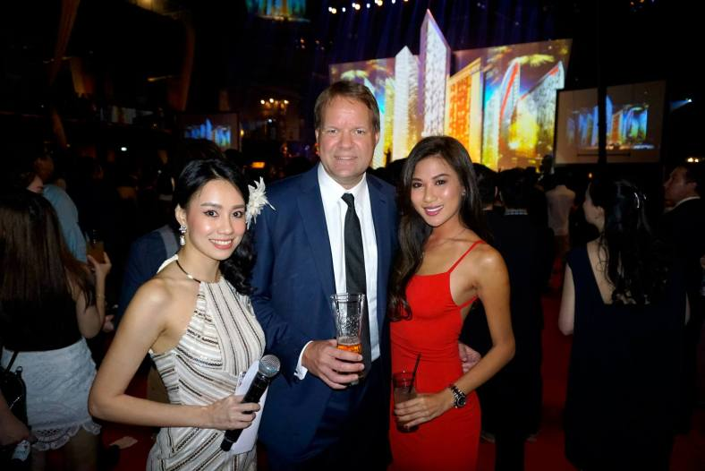Henrik Anderson, Managing Director of Carlsberg Malaysia with MC Stephinie Tan and Miss World Malaysia 2012 Lee Yvonne