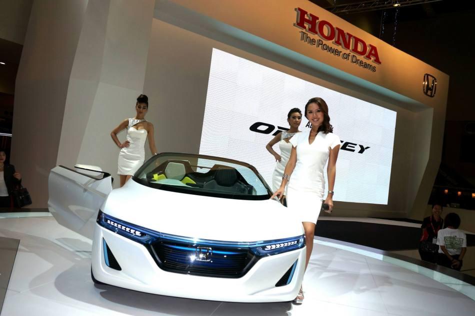 MC Julie Woon with a Honda concept car