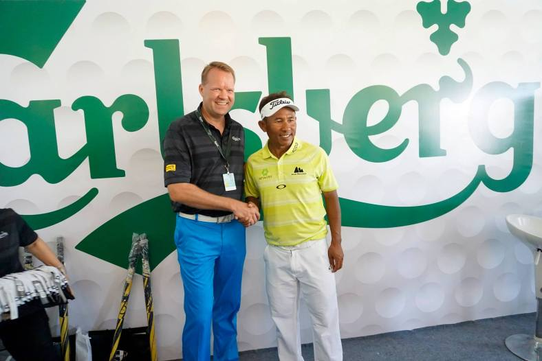 Carlsberg Managing Director Henrik Anderson with Thongchai Jaidee