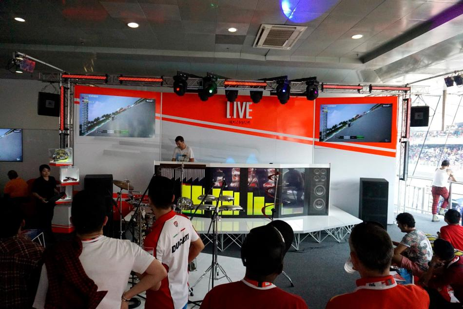 Then it was back up to the comfort of the aircon lounge to watch the race
