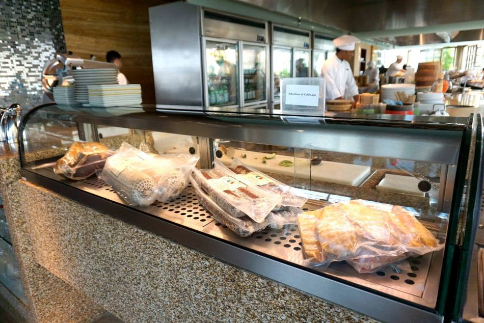 I liked the cold cuts corner where you could opt for cold cuts of meat and even sashimi!