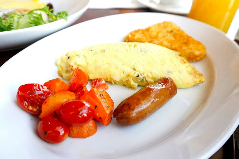 I love a nice omelette in the morning and that's what I ordered. Paired it with a delicious sausage, a hashbrown and some grilled veges.