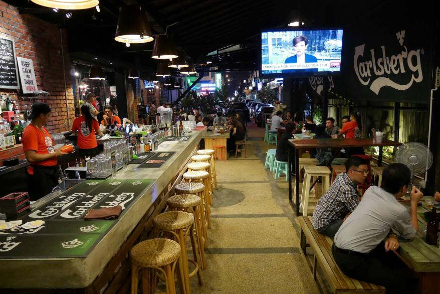 The restaurant has a long bar where the bartenders pour ice-cold pints of beer or mix up some fine cocktails!