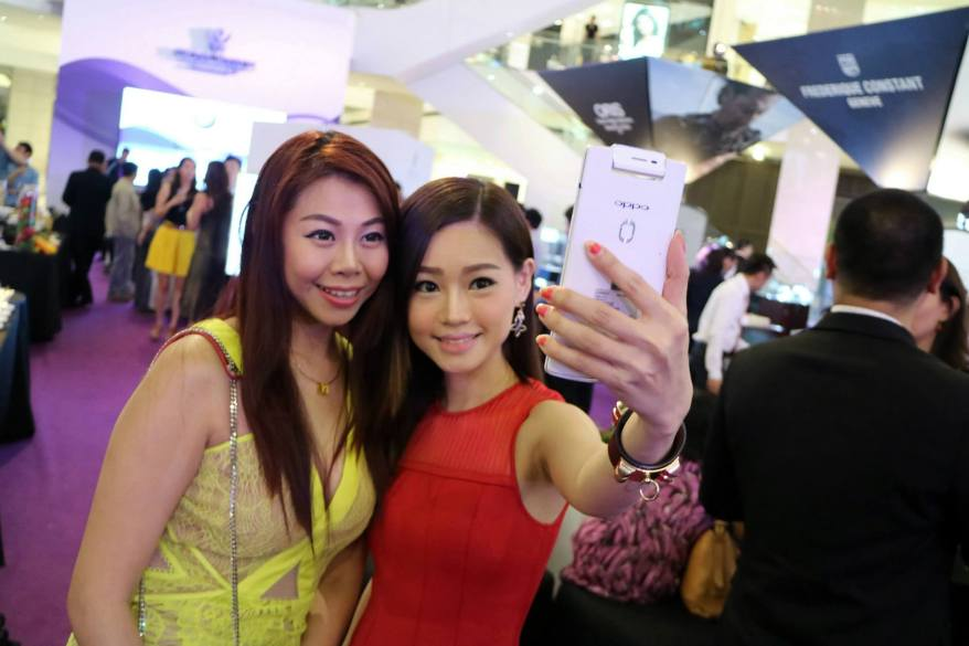 Evonne and I bumped into Alice Tan and of course the 2 selfie queens took a selfie and I took a pic of them taking their selfie because I was so amused