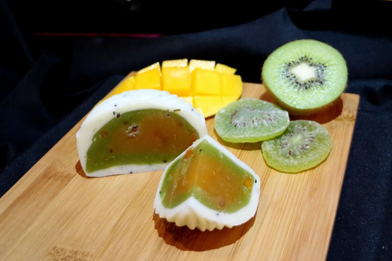 Snow Skin Mango Kiwi with Assorted Dried Fruits