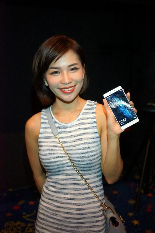 Karen Kho with her brand new Huawei P8