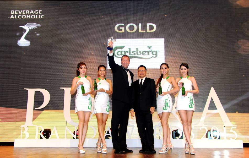 Henrik Juel Andersen, Managing Director of Carlsberg Malaysia (centre) flanked by Carlsberg brand ambassadors, showing off the 6th coveted gold award at the Putra Brand Awards.