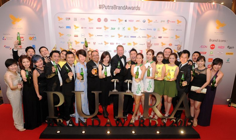 Henrik Juel Andersen, Managing Director and Juliet Yap, Marketing Director of Carlsberg Malaysia (in the middle in black jacket and dress) toasting with colleagues and agencies on the double happiness and winning of Carlsberg and Somersby brands.