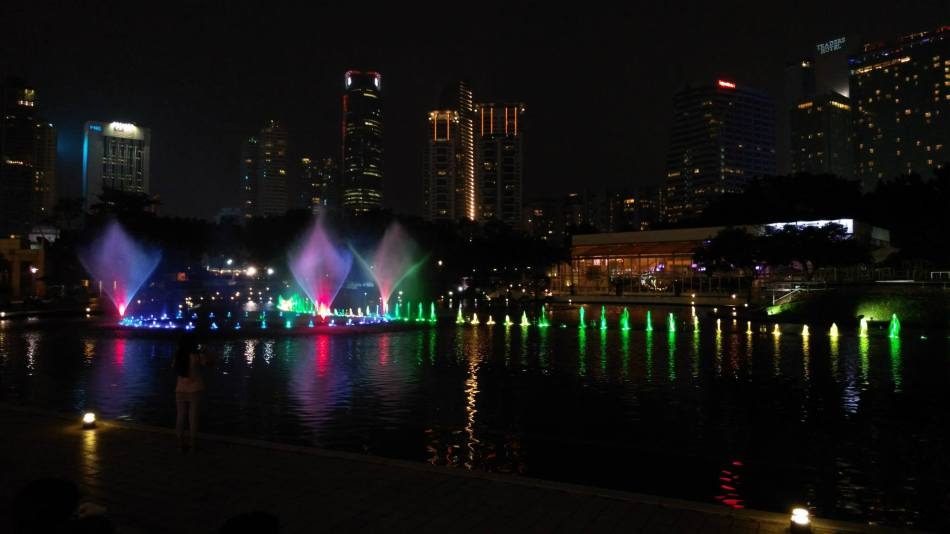 Then down to the KLCC lake where the fountain was running