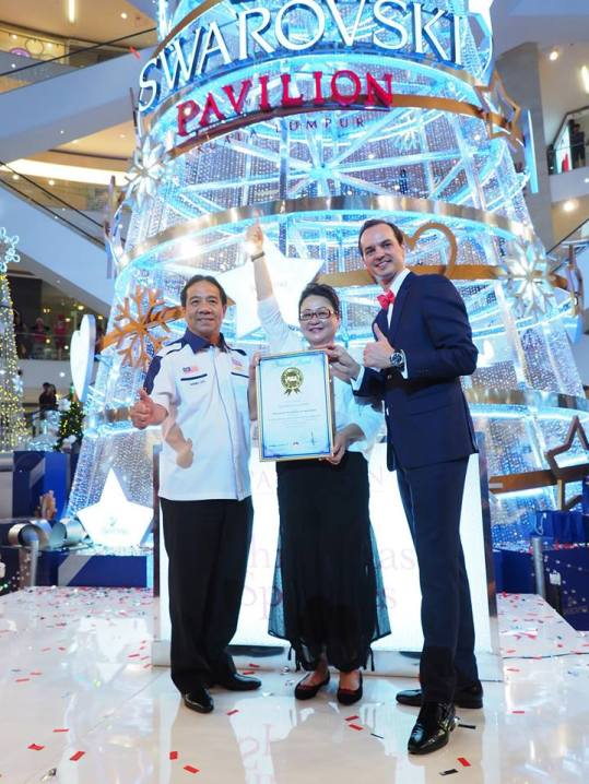 Tan Sri Danny Ooi, Founder of the Malaysia Book of Records presenting Ms. Joyce Yap, CEO of Retail, Pavilion Kuala Lumpur and Mr. Aymeric Lacroix, Managing Director of Swarovski, Consumer Goods Business, South East Asia with an award that recognised its Christmas tree as the Tallest Swarovski Christmas tree in Malaysia.