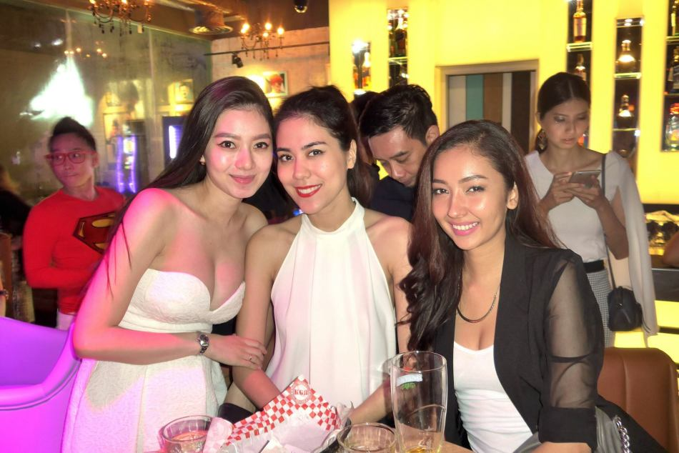 Smoking hot model Jennifer Foh with Miss Malaysia Chloe Chen and a friend