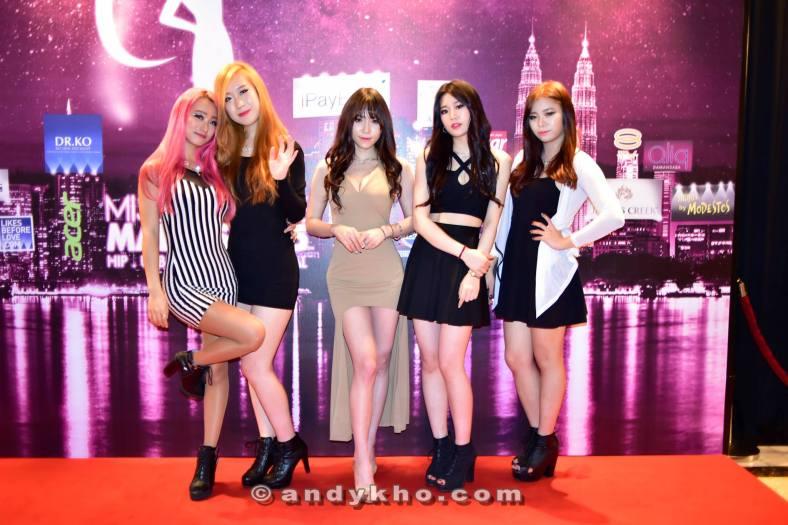 Korean pop performers True Kiss and Ule