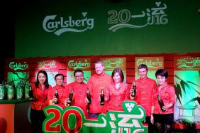 Henrik Andersen and the top management of Carlsberg officiating the campaign
