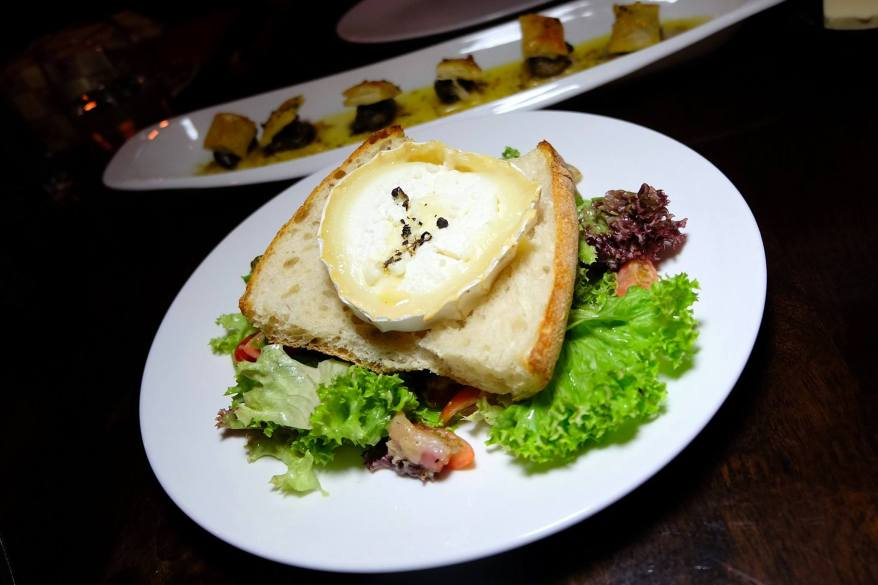 """""""Salade de chèvre chaud"""" -Goat cheese on toast, honey, salad, bacon, onions, tomatoes -RM34.00"""