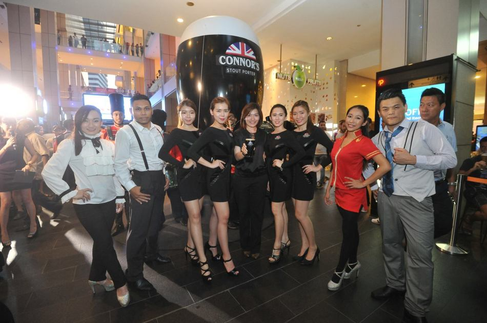 Juliet Yap, Marketing Director of Carlsberg Malaysia with the promoter girls and