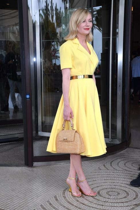 Kirsten Dunst wore a yellow dress with metal belt Dior Haute Couture