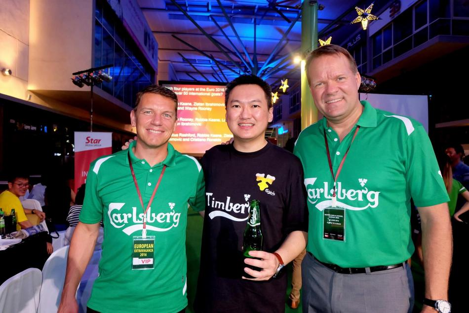 With out-going Carlsberg Managing Director Henrik Andersen (R) and incoming MD Lars Lehmann (L)
