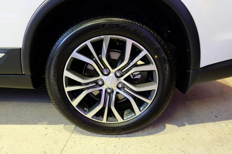 "18"" Dual-Tone Alloy Wheels"