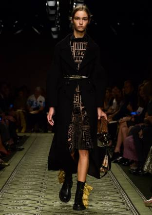 burberry-september-2016-collection-show-77