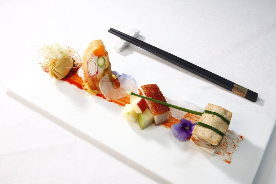 renaissance-hotel-kuala-lumpur-xo-fortune-money-bag-with-bean-curd-folder-crispy-pork-belly-with-apple-seafood-wrapped-in-rice-paper