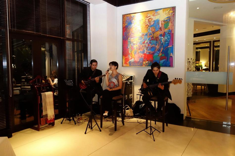Live band playing some slow jazz numbers which really contributes to the romantic ambience of the establishment. (This photo was not shot with the Leica D-Lux.)