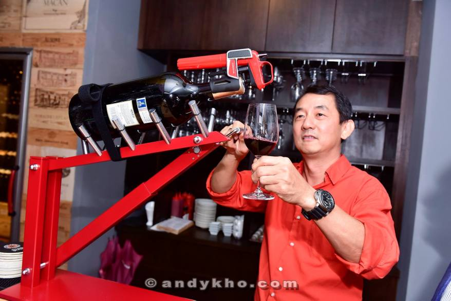 Tinto even has a high tech wine pouring and sealing machine which is especially useful for large bottles
