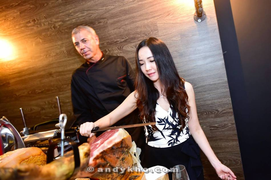 Elaine trying her hand at cutting the ham...it's really not as easy as it looks